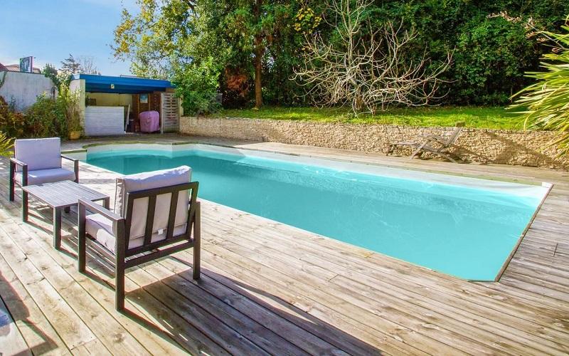 Rénovation et nettoyage sol en bois de piscine